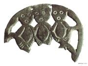 17 Фрагмент прорезной бляхи с тремя фигурами